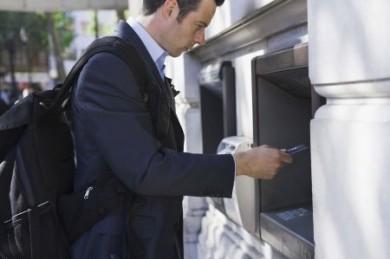 Wer sicher sein will, dass er weder durch Diebstahl seiner Giro- oder Kreditkarte noch Skimming finanziell zu Schaden kommt, kann sich einen speziellen Kartenschutz zulegen. (Foto: djd/CPP)