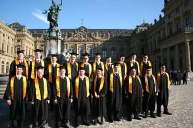Die zum Weltkulturerbe zählende Würzburger Residenz bildet den Hintergrund für ein Gruppenfoto erfolgreicher Teilnehmer an der Executive MBA Business Integration. (Foto: djd/www.businessintegration.de)