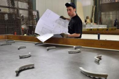 Burak Ünlü ist angehender Beton- und Stahlbetonbauer im dritten Lehrjahr. Ihn begeistert die Vielseitigkeit dieses Berufs. Bevor er sich zu der Ausbildung entschloss, absolvierte er sein zweimonatiges Praktikum. (Foto: djd/BetonBild)