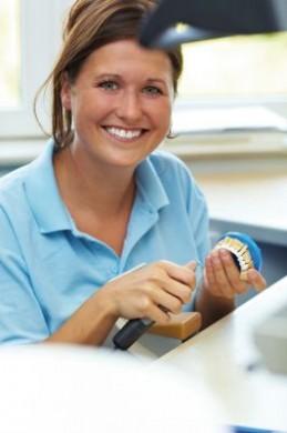 Der erste Job nach der Ausbildung verheißt die ersehnte Selbstständigkeit. (Foto: djd/CreditPlus Bank AG)