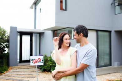 Wer seine Familie im Notfall davor schützen möchte, auch noch das Haus zu verlieren, sichert sie mit einer Risikolebensversicherung. (Foto: djd/Direkte Leben Versicherung)