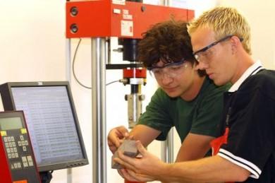 Der Baustoffprüfer Mörtel- und Betontechnik überwacht permanent die automatisierten Produktionsanlagen. (Foto: djd/Transportbetonindustrie)