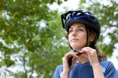 Immer mehr Radfahrer tragen einen Helm. Anleger sind dagegen mit Garantiezertifikaten sicher unterwegs. (Foto: djd/ DZ Bank)