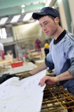Technisches Verständnis und präzises Arbeiten sind gefragt als angehender Beton-und Stahlbetonbauer. Burak Ünlü (20) erlernt diesen Beruf im dritten Lehrjahr bei der Hering GmbH & Co. KG in Burbach. (Foto: djd/BetonBild)
