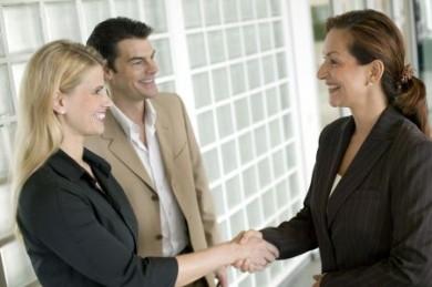 Als Vermögensberaterin können sich Frauen ohne Eigenkapital selbstständig machen. (Foto: djd/Deutsche Vermögensberatung)