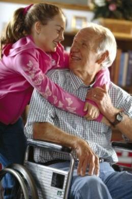 Möglichst lange mit Kindern und Enkeln den Alltag teilen - das wünschen sich viele Senioren. (Foto: djd/ImmoKasse)