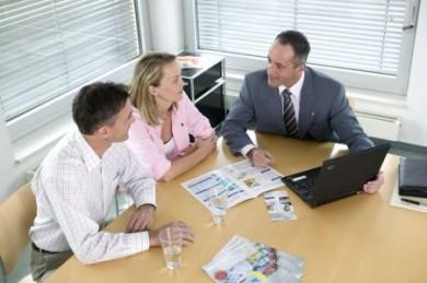 Ein Vermögensberater kann Verbrauchern erklären, wie die Riester-Rente im Einzelnen funktioniert. (Foto: djd/Deutsche Vermögensberatung)