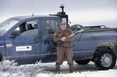 """Diese beiden von der """"Bear Patrol"""" lassen sich so schnell keinen Bären aufbinden: Donald Spence (mit Gewehr) und Jack Batstone (im Wagen) retteten Linda vor dem weißen Ungetüm am Strand der Hudson Bay."""