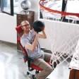 Abwechslung und Bewegung am Arbeitsplatz: Spezielle Bürodrehstühle regen zu einem ständigen Wechsel der Sitzposition an - oder auch mal zu einer sportlichen Pause.